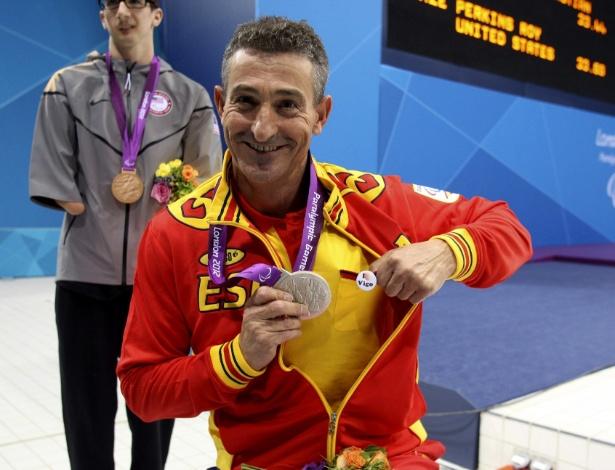 Espanhol Sebastian Rodriguez mostra a medalha de prata conquistada nos 50 m livre S5 da natação