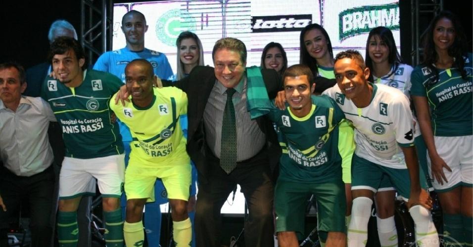 Jogadores, diretoria e modelos desfilam com os novos uniformes do Goiás