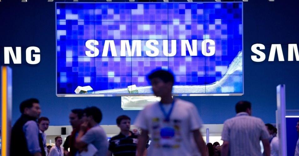 Junto como smartphones, tablets, computadores e outros gadgets, a tecnologia das TVs também chama atenção na IFA 2012. Na foto, TV gigante no estande da Samsung