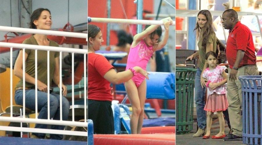 Katie Holmes levou a filha Suri para a aula de ginástica olímpica, em Nova York (28/8/12)