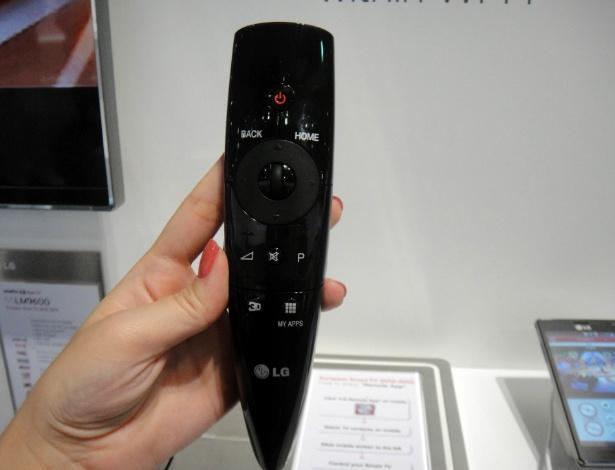 30.ago.2012 - Magic Remote, controle remoto inteligente da LG, vem com número reduzido de botões: um teclado virtual é exibido no televisor e o dispositivo funciona como um cursor. Você aponta e seleciona os canais e até escreve