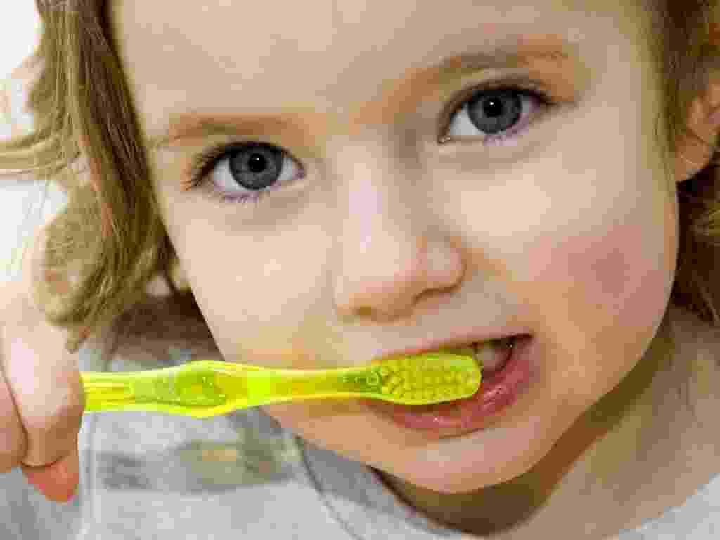 Menina escovando os dentes, escova de dentes, dentista - Shutterstock