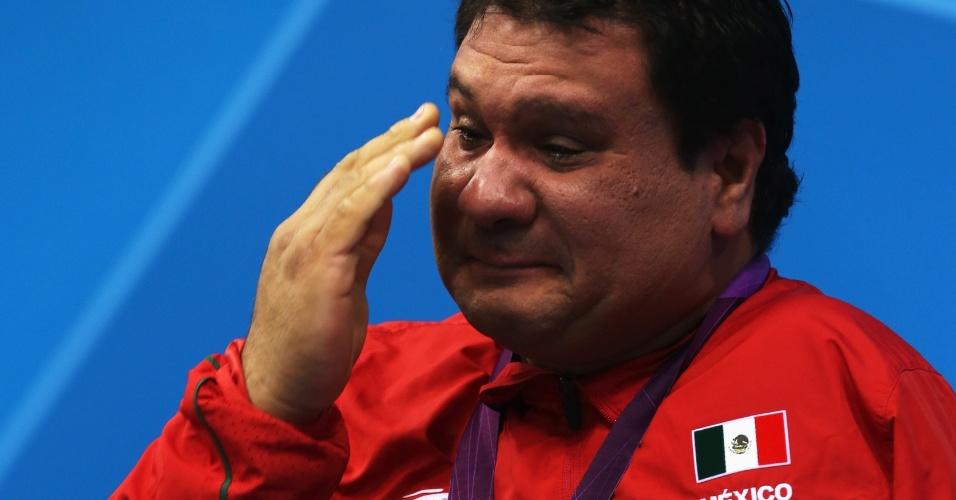 Mexicano Arnulfo Castorena se emociona no pódio ao receber a medalha de prata dos 50 m peito SB2 da natação paraolímpica