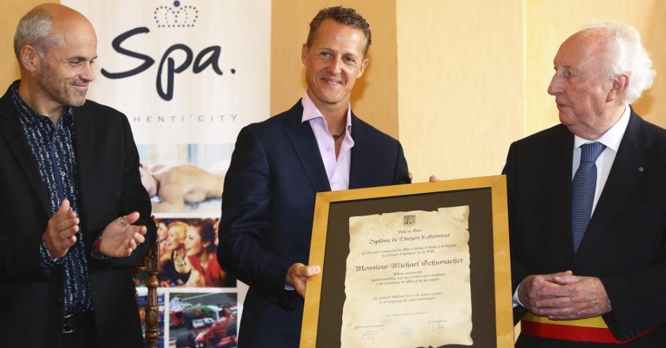 Michael Schumacher recebeu das mãos do prefeito Joseph Housa (direita) o título de cidadão honorário da cidade de Spa
