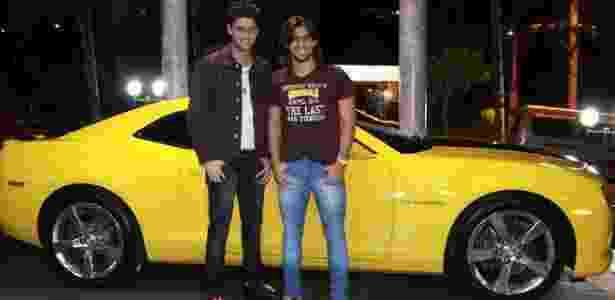 Munhoz e Mariano posam para foto com o Camaro amarelo - Divulgação