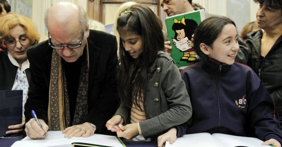 O cartunista Quino autografa livros de fãs da personagem Mafalda, ícone dos quadrinhos argentinos, em Buenos Aires (30/8/12)