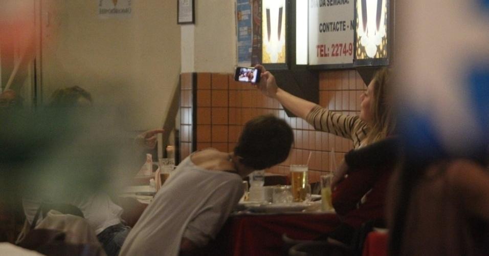 """O elenco feminino da novela """"Avenida Brasil"""" também aproveitou para registrar o jantar (29/8/12)"""