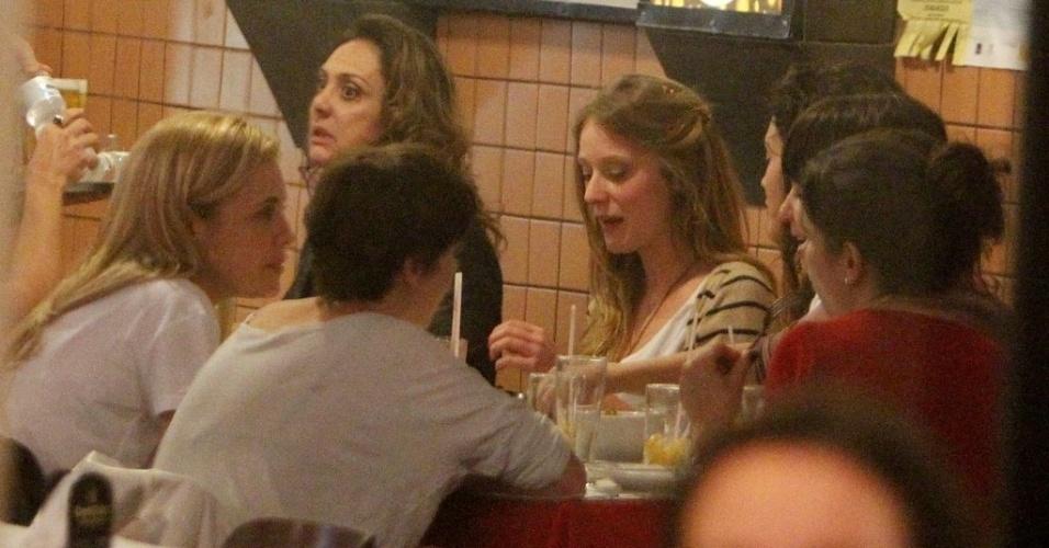 """O elenco feminino de """"Avenida Brasil"""" aproveitou a folga para jantar em um restaurante do Rio de Janeiro (29/8/12)"""