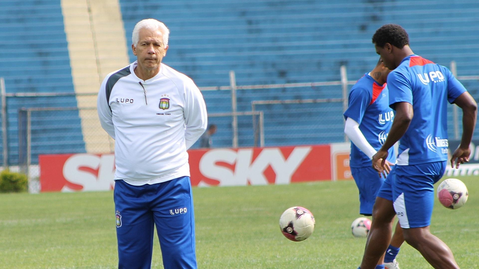 O técnico Emerson Leão foi contratado pelo São Caetano na manhã desta quinta-feira (30) e já foi para o campo conhecer o elenco