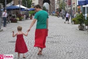 http://conteudo.imguol.com.br/2012/08/30/pai-veste-saia-para-apoiar-filho-que-gosta-de-usar-vestidos-1346354196811_300x200.jpg