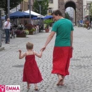 Pai veste saia para apoiar filho que gosta de usar vestidos - Reprodução/Emma.de