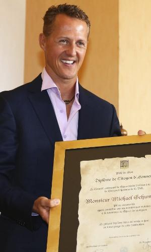 Schumacher, da Mercedes, mostra o título de cidadão honorário da cidade de Spa. Ele fará a 300ª prova da carreira na categoria no próximo domingo