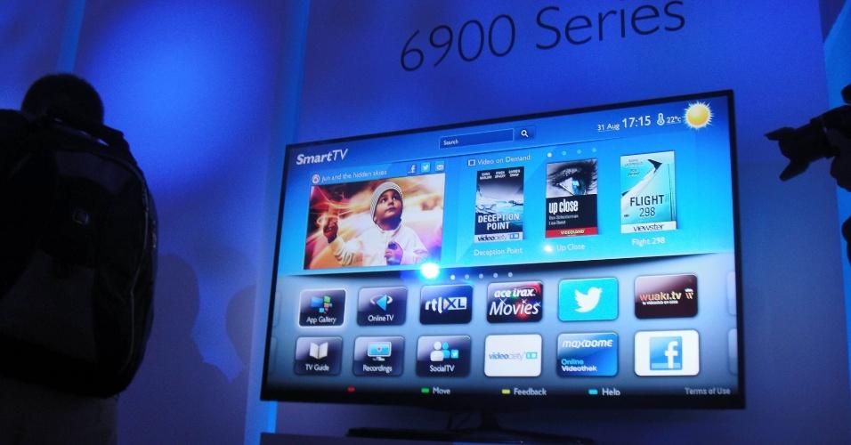 30.ago.2012 - Na foto, uma TV 3D de LED da série 6900, da Philips. A linha traz um design sem a moldura ao redor do televisor e a tecnologia Micro Dimming, que permite ajustar individualmente o brilho de cada parte da tela. Serão dois tamanhos de televisores: 42'' e 47''. Os aparelhos, no entanto, não são tão finos e vêm com 3,5 cm de espessura. Preço e lançamento não foram anunciados