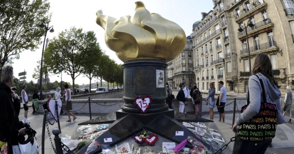 15 anos após sua morte, princesa Diana é lembrada pelos fãs, em frente a estátua da