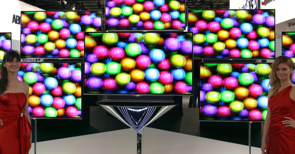 31.ago.2012 -- Modelos posam em frente a televisores com tecnologia 3D. Em sua 52ª edição, o evento é realizado em Berlim (Alemanha) de 31 de agosto a 5 de setembro