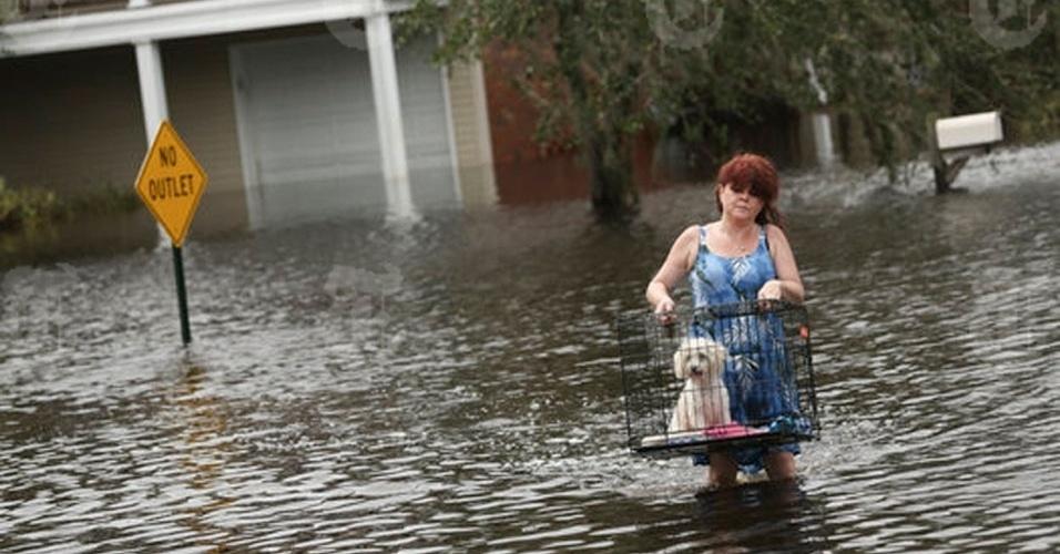 31.ago.2012 - 31.ago.2012 - A americana Jill Frisard carrega Buddy, o cachorro de uma amiga cuja casa foi inundada em Slidell, Louisiana, nesta sexta-feira.