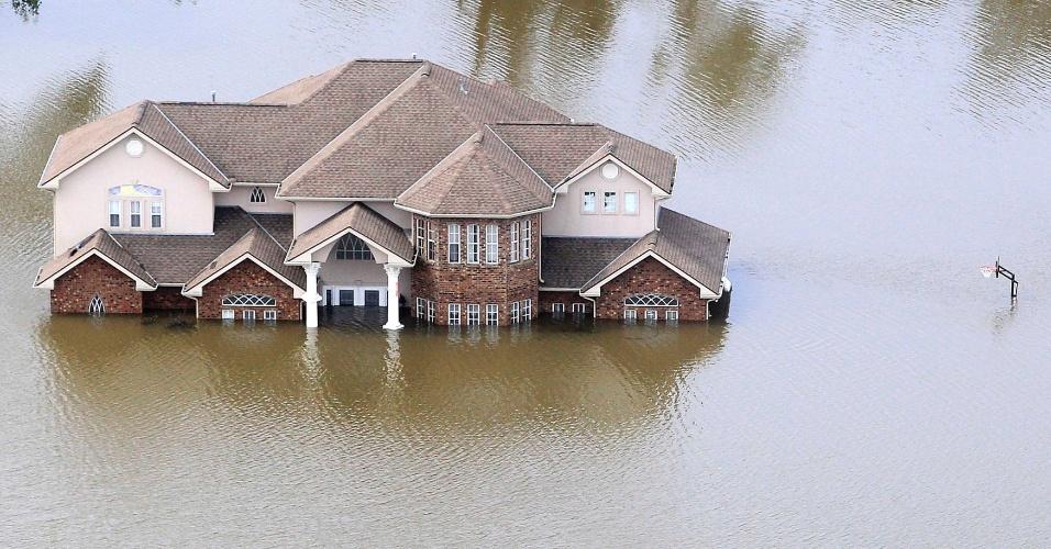 31.ago.2012 - Casa aparece parcialmente submersa por inundação provocada pelo rompimento de um dique após a passagem do furacão Isaac em Braithwaite, na Louisiana (EUA)