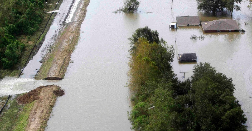 31.ago.2012 - Casas ficam parcialmente submersas, nesta sexta-feira (31), após furacão Isaac romper um dique de água em Braithwaite, Louisiana (EUA).