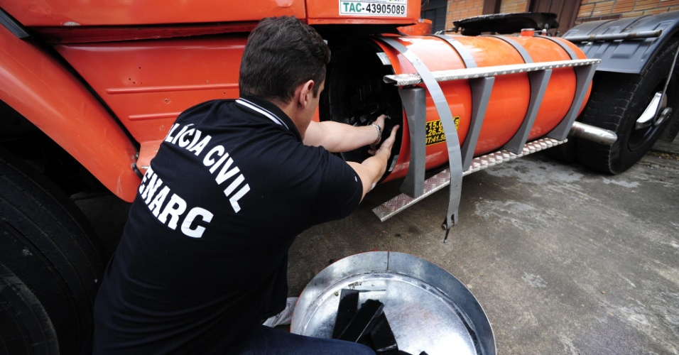 31.ago.2012 - Cinco homens foram presos durante a madrugada na avenida Assis Brasil, em Porto Alegre (RS), por tráfico de drogas. No caminhão em que eles estavam, carregado de metais para reciclagem, a polícia encontrou cerca de 400kg de maconha do tipo skunk, transgênica, avaliada em R$ 500 mil, escondido em dois tanques do veículo
