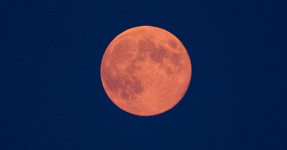 31.ago.2012 - Lua Azul surge no céu de Skopje, na Macedônia, na noite desta sexta-feira (31). O fenômeno, que marca a segunda aparição da lua cheia no mesmo mês, acontece de dois a três anos, segundo a Nasa (agência espacial norte-americana)