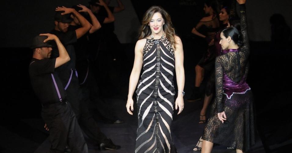 A atriz Claudia Raia desfila com penteado produzido por Wanderley Nunes no evento realizado em São Paulo