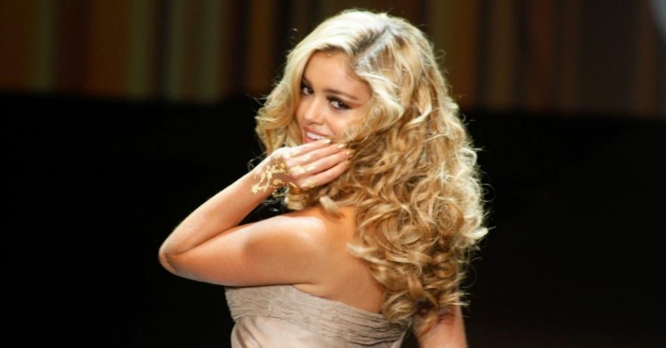 A atriz Sophie Charlotte desfila cabelos loiros e cacheados no Hair Fashion Show