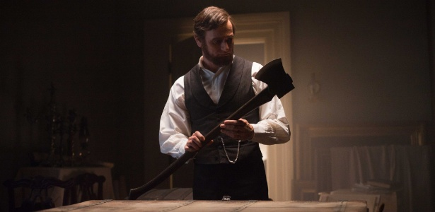 "Benjamin Walker (Abraham Lincoln) em cena de ""Abraham Lincoln: Caçador de Vampiros"""