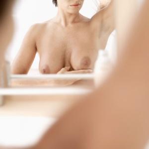 As mulheres devem conhecer os próprios seios e prestar atenção não apenas em possíveis caroços, mas também mudanças na cor ou no formato nos mamilos, secreções ou qualquer outra alteração