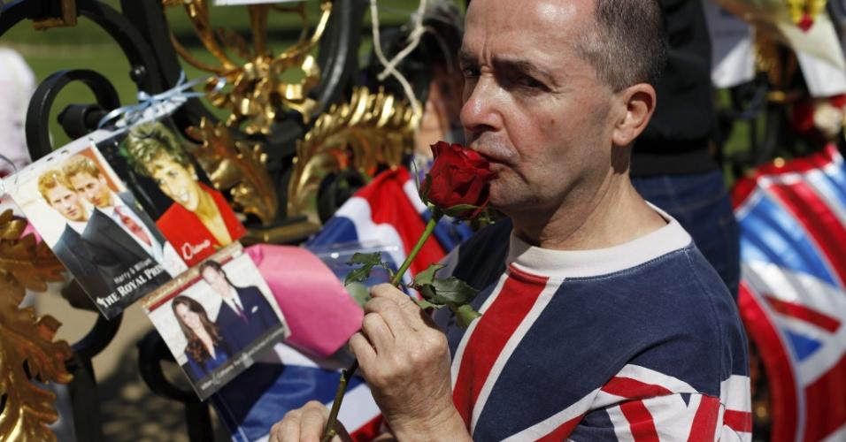 Fã lembra os 15 anos da morte da princesa Diana e deixa uma rosa em memória a