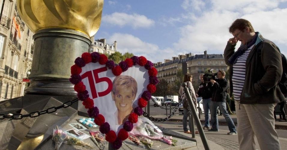 Fãs homenageiam a princesa Diana, no aniversário de 15 anos de sua morte, perto da Pont de l'Alma, em Paris (31/8/12)