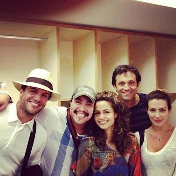 Glória Perez divulga imagem de parte do elenco de