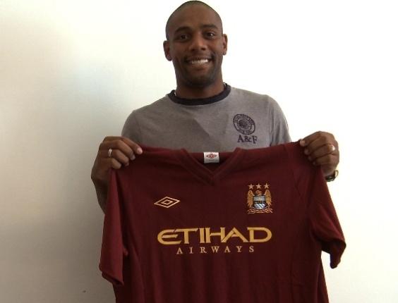 Lateral Maicon exibe a camisa de seu novo clube, o Manchester City