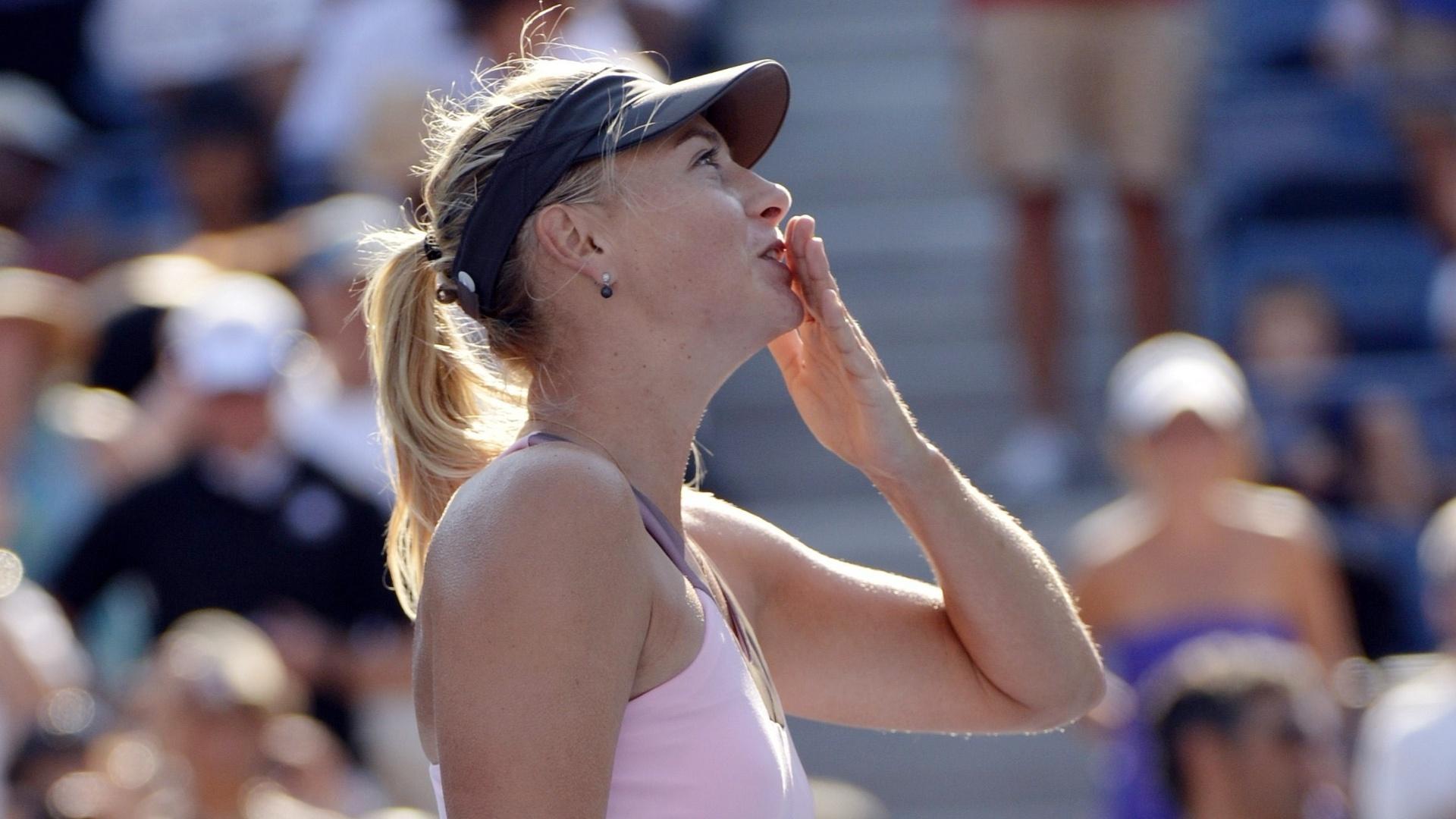 Maria Sharapova manda beijinhos para a torcida após a tranquila vitória sobre Mallory Burdette pela terceira rodada do Aberto dos EUA