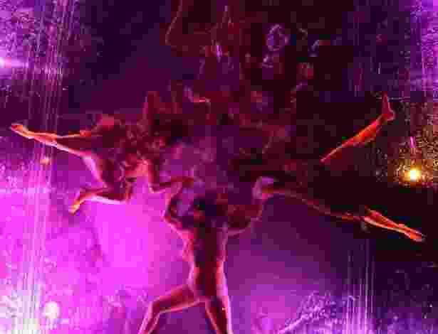 """""""Mylar"""", espetáculo do grupo de dança argentino Fuerza Bruta é apresentado sobre um vidro transparente coberto por água, onde os acrobatas fazem as coreografias. O público assiste o espetáculo olhando debaixo para cima (31/8/12)  - REUTERS/Tim Chong"""