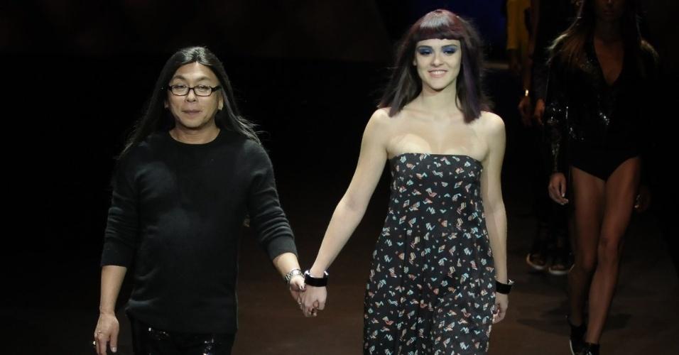 O cabeleireiro Celso Kamura entra na passarela com a atriz Isabelle Drummond