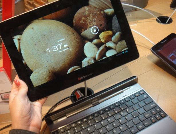 O Lenovo IdeaTab S2110A é o único da lista sem Windows 8: ele usa sistema Android 4.0 (Ice Cream Sandwich) com processador quadcore Snapdragon S4. O teclado também é uma bateria extra para o tablet (eleva a duração total para 20 horas de uso contínuo). O trackpad (substituto do mouse nos notebooks) aceita multitoques