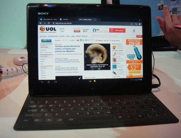 O Xperia Tablet S, atualização do antigo Tablet S da Sony, terá um acessório peculiar: uma capa-teclado semelhante à do Surface, da Microsoft. Sua superfície é bem macia e em couro emborrachado, fazendo com que toques leves bastem para a digitação