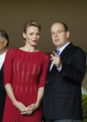 Príncipe Albert, de Monaco, conversa com sua esposa, a princesa Charlene