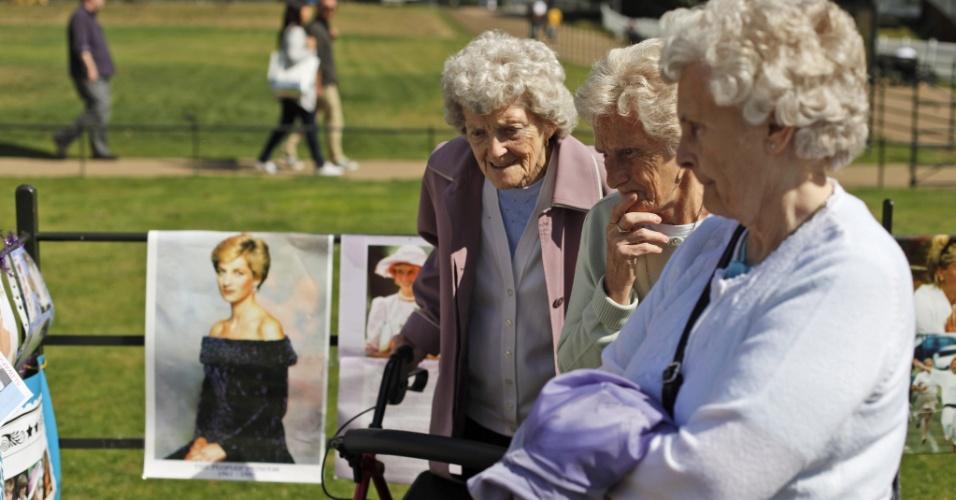 Senhoras deixam flores, cartas e fotos em memória a morte da princesa Diana, em frente ao palácio de Kensington, na Inglaterra (31/8/12)