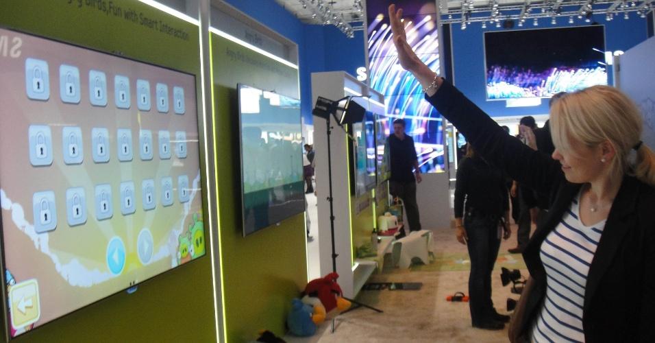 31.ago.2012 - Sensor no alto de um televisor da Samsung é capaz de captar movimentos à frente da tela, como um dispositivo Kinect (para videogames Xbox). Um dos jogos dessa Smart TV é o ''Angry Birds'', que foi lançado em agosto na versão de game para TV