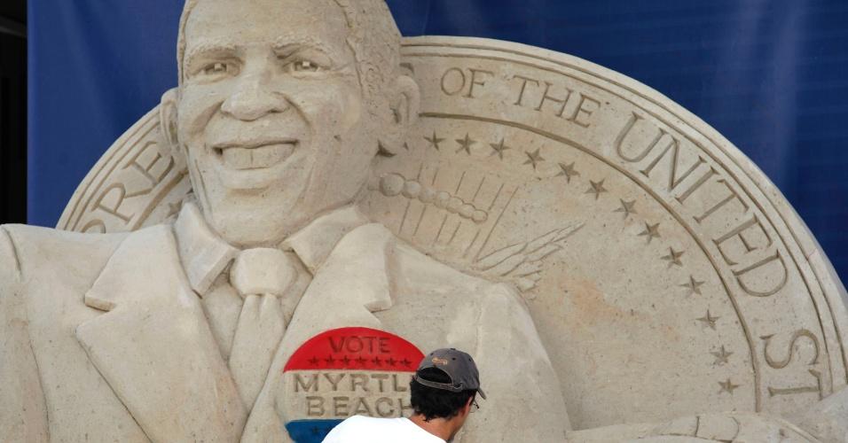 1º.set.2012 - Um homem cria escultura de areia, neste sábado (1º), do presidente Barack Obama, próximo a convenção nacional do partido democrata em Charlotte, Carolina do Norte. O evento será realizado no dia 3 de setembro