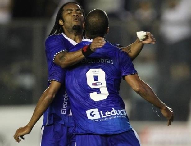 Carlos Alberto abraça o atacante Alecsandro, autor do primeiro gol do Vasco no jogo com a Portuguesa