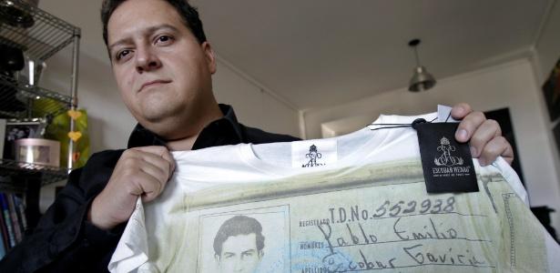 Sebastián Marroquín segura uma camisa com a ficha policial de seu pai, Pablo Escobar - EFE/Leo La Valle
