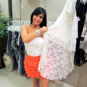 Gretchen vai à loja de roupas de Viviane Araújo e posa como manequim nas vitrines. A cantora, atriz e dançarina experimentou vários modelos e promoveu o negócio da amiga de