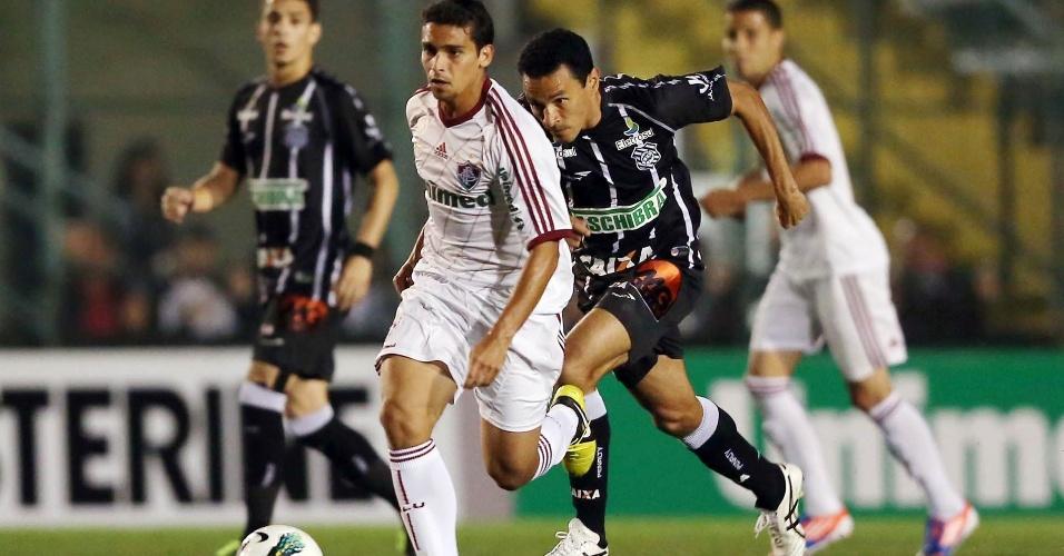Jean corre com a bola e é perseguido por Túlio, do Figueirense, na 21ª rodada do Brasileiro