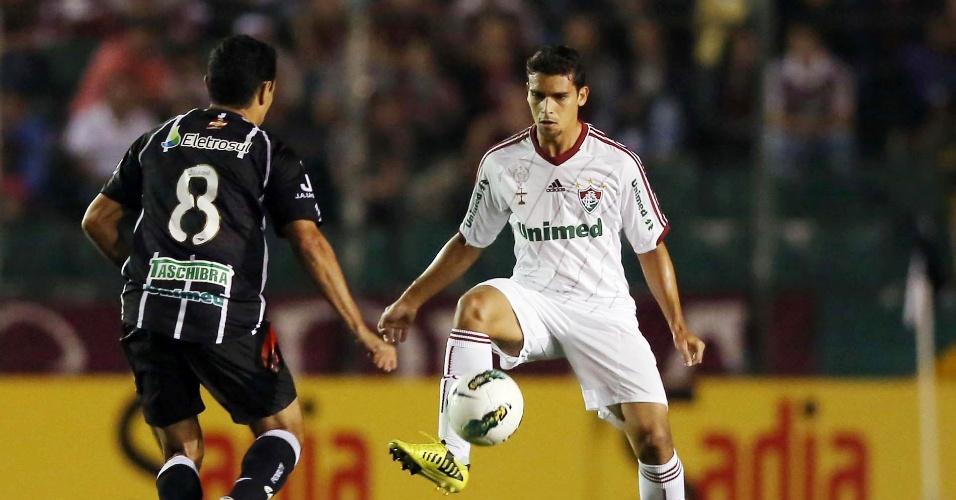 Jean, do Fluminense, domina a bola em partida contra o Figueirense em Florianópolis pela 21ª rodada do Brasileiro (01/09/2012)