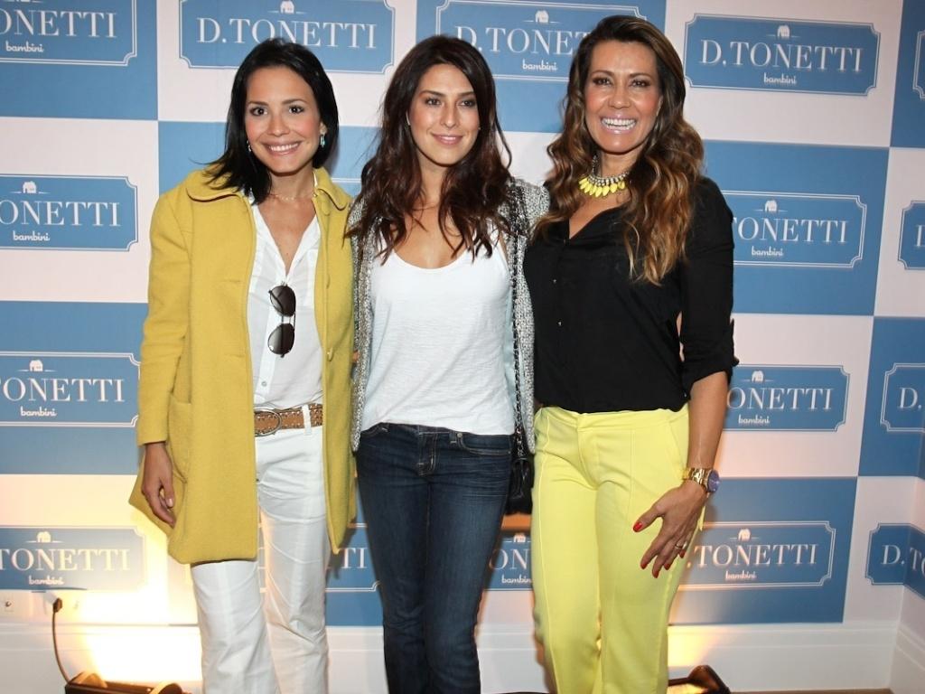 Juliana Knust (à esq), Fernanda Paes Leme (ao centro) e Solange Frazão posam para os fotógrafos em inauguração de loja nos Jardins, em São Paulo (1/9/12)