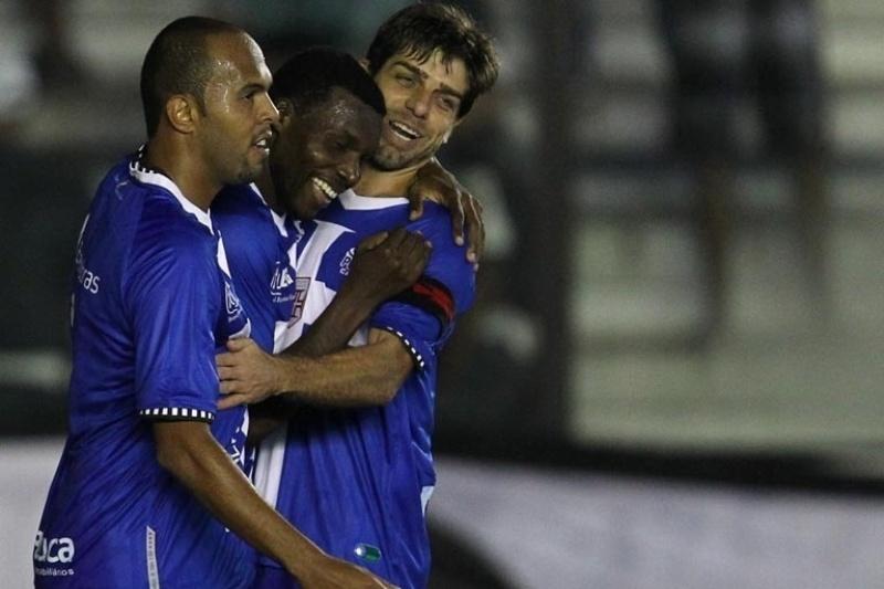 Juninho e Alecsandro comemoram com Tenório o gol marcado pelo atacante, no jogo contra a Portuguesa