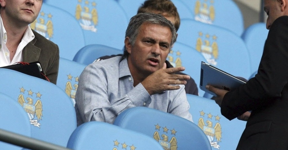 Técnico do Real Madrid, José Mourinho, assiste à partida entre City x QPR