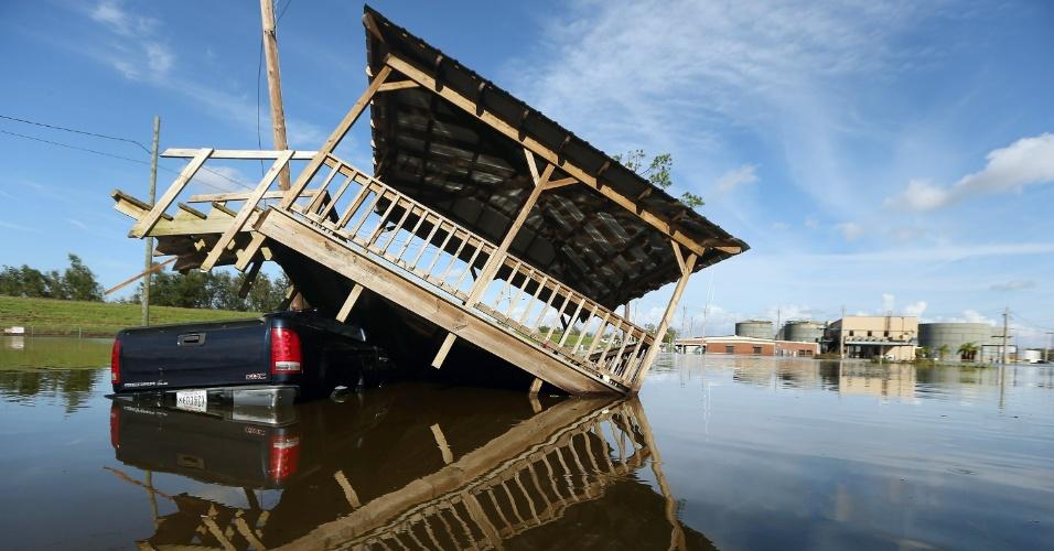 2.set.2012 - Caminhonete fica vista parcialmente submersa e sob gazebo em Braithwaite, na Louisiana (EUA)